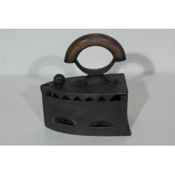Sk1292 - Žehlička na uhlí