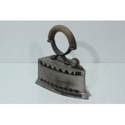 Sk1342 - Žehlička na uhlí